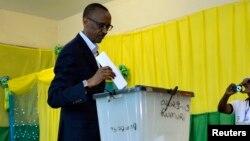 Rais wa Rwanda alipokuwa akipiga kura.