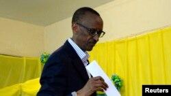 Presiden Rwanda Paul Kagame saat memasukkan surat suaranya di salah satu TPS di ibukota Kigali, 16 September 2013 (Foto: dok). HRW mengutuk Uganda karena memulangkan mantan pengawal Presiden Paul Kagame ke negaranya dengan paksa.