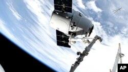 En esta imagen de NASA TV, se ve un cargamento de SpaceX a su arribo a la Estación Espacial Internacional el lunes, 6 de mayo de 2019, tras el lanzamiento el fin de semana.