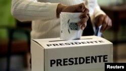 Yon elektè ki t ap depoze bilten li pandan eleksyon prezidansyèl la nan San José, kapital Kosta Rika, dimanch 4 fevriye 2018 la.