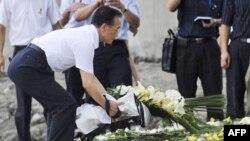 Thủ tướng Trung Quốc Ôn Gia Bảo đặt hoa tưởng niệm các nạn nhân vụ tai nạn xe lửa ở Ôn Châu, tỉnh Chiết Giang, ngày 28/7/2011