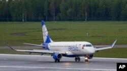 """Avion bjeloruske nacionalne aviokompanije """"Belavia"""" slijeće na međunarodni aerodrom u Viljnusu u Litvaniji, 23. maj 2021. (Foto: AP/Mindaugas Kulbis)"""
