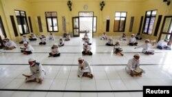Para siswa Muslim membaca al-Quran dengan memakai masker dan menjaga jarak aman di Pesantren Daarul Qur'an Al Kautsar, Bogor, Jawa Barat (foto: dok).