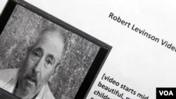 En el video de 54 segundos , un exausto Robert Levinson es visto en una celda improvisada.