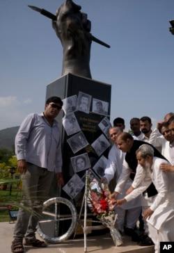 پاکستان کے دارالحکومت اسلام آباد میں صحافی یومِ آزادیٔ صحافت پر پیشہ وارانہ ذمہ داریوں کی انجام دہی کے دوران جان سے جانے والے صحافیوں کی یادگار پر پھول رکھ رہے ہیں۔