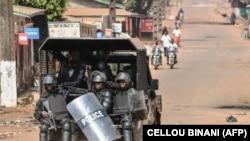Patrouille policière à Conakry, janvier 2020. (CELLOU BINANI / AFP)