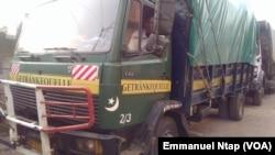 Un camion en position départ pour le Gabon au lieu dit Marché 8ème attendent les chargements de filets d'oignons pour le Gabon, à Yaoundé, Cameroun, 20 février 2017. (VOA/Emmanuel Ntap).