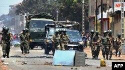Les forces de l'armée guinéenne patrouillent dans la rue à Conakry, le 22 mars 2020, lors d'un référendum constitutionnel dans le pays.