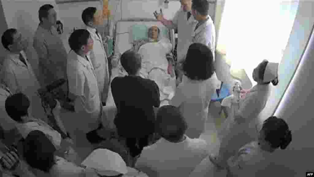 This undated video grab obtained on July 11, 2017, shows Chinese Nobel Laureate Liu Xiaobo (C) surrounded by doctors and his wife Liu Xia at an undisclosed location. A Chinese hospital said that it was scrambling to save terminally-ill Nobel laureate Liu Xiaobo, while human rights groups decried his treatment by the authorities and the leak of a video showing him in his sickbed.