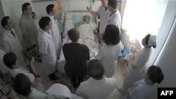 Dans la capture d'écran d'une vidéo datant du 11 juillet 2017, on peut voir Liu Xiaobo (au centre) entouré de ses médecins et sa femme Liu Xia.