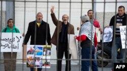 Les partisans du mouvement marocain Al-Hirak al-Shaabi brandissent des pancartes et scandent des slogans appelant à la libération du leader du mouvement, Nasser Zefzafi, devant la cour d'appel de Casablanca, le 5 janvier 2018.