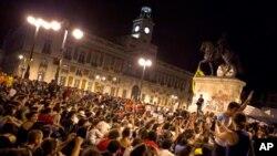 12일 정부의 긴축정책에 반발하며 마드리드 '푸에르타 델 솔' 광장에 운집해 항의시위를 벌이는 시민들