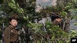 국경지역을 순찰하는 북한 여군들 (자료사진)