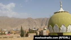 د جومات د منارې په پس منظر کې د افغان کډوالو په پشین بلوچستان کې کیمپ