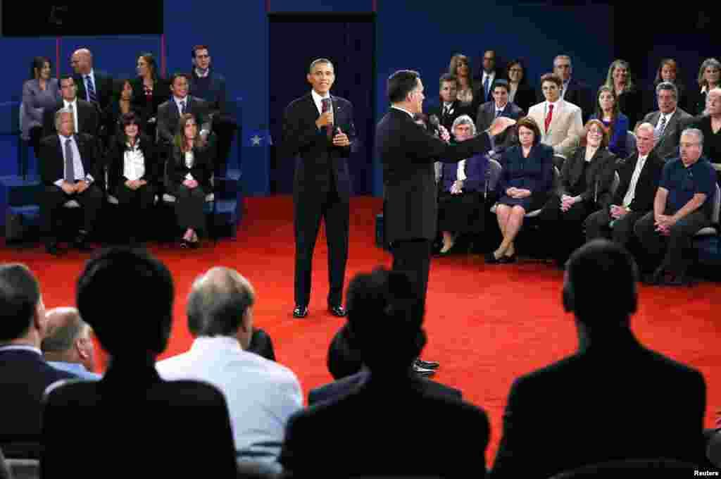 صدر اوباما اپنے حریف رومنی کے موقف کو سن رہے ہیں۔