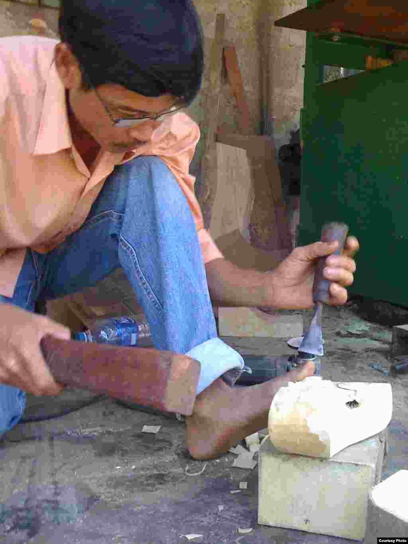 Người thợ đang đúc tạc khối gỗ thành hình rồng