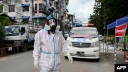 ရန္ကုန္ၿမိဳ႕ရွိ လမ္းတခုတြင္ ေတြ႔ရတဲ့ PPE ဝတ္စံုဝတ္ ပရဟိတလုပ္သားတစ္ဦး။ (ေအာက္တုိဘာ ၁၂၊ ၂၀၂၀)