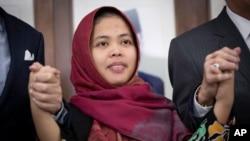 La indonesia Siti Aisyah ofreció una conferencia de prensa en la embajada de Indonesia en Kuala Lumpur, Malasia, el 11 de marzo de 2019.