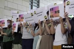 香港獲獎記者蔡玉玲的支持者在法庭外舉牌支持。(2021年4月22日)