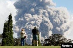 ARCHIVO- Una nube de ceniza es lanzada por el volcán Kilauea desde el crater Halemaumau cerca de la comunidad de Volcán, en Hawá. Mayo 19, 2018.