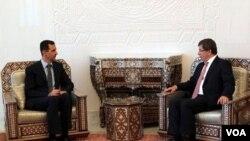 El canciller turco, Ahmet Davutoglu, se reunió con el presidente sirio, Bashar al-Assad, para presionarlo a frenar la violencia contra los manifestantes.