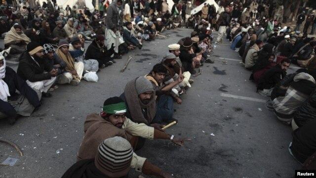 Người ủng hộ Giáo sĩ Tahir-ul Qadri ngồi lỳ trên đường phố Islamabad, ngày 16/1/2013.