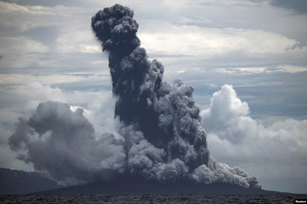 인도네시아 자바섬과 수마트라섬을 가르는 순다해협의 화산섬인 '크라카타우'가 분화하고 있다.