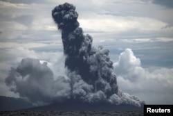 Gunung Anak Krakatau memumtahkan abu vulkanik saat meletus terlihat dari KRI Torani 860 di Selat Sunda, Lampung, 1 Januari 2019 lalu (Foto: Antara).