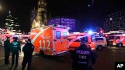 Ambulancias llegan al lugar de un mercado navideño en Berlín donde un camión se subió a una acera y arremetió contra la multitud causando la muerte a varias personas.