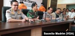 Karo Penmas Polri Brigjen Dedi Prasetyo (tengah), Dirjen Aplikasi Informatika Kominfo Semuel Abrijani Pangerapan (kedua dari kanan), dan Kapuspen TNI Sisriadi dalam konferensi pers di kantor Kemenko Polhukam, Jakarta, Sabtu, 25 Mei 2019. (Foto: Sasmito Madrim/VOA)