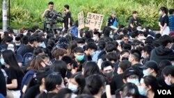 香港中學生組織估計有2,000至3,000人參與8月22日中學生罷課集會,警方則表示,集會高峰期有1,510人參與。(美國之音 湯惠芸)