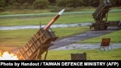 """资料照片:台湾国防部发布的照片显示,台湾军队在年度""""汉光""""演习期间从某未公布的地点发射美国制造的爱国者-3导弹。(2020年7月15日)"""