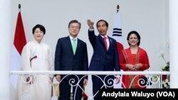 Presiden Joko Widodo, kanan tengah, Ibu Negara Irina Joko Widodo, kanan, Presiden Korea Selatan Moon Jae-in, kiri tengah dan Ibu Negara Kim Jung-Sook di Istana Kepresidenan Bogor, Kamis, (9/11).