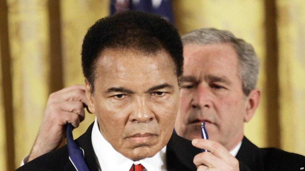 Muhammad Ali se negó a ingresar al ejército durante la Guerra de Vietnam, y se declaró objetor de conciencia. Su decisión resultó en una condena por evasióny fue despojado de su corona de boxeo de peso pesado.