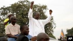 Adama Barrow, candidate de la coalition d'opposition, donnée vainqueur de la présidentielle du 1er décembre 2016, salue ses partisans dans le quartier de Talinding, lors de la campagne électorale dans la banlieue de Banjul, en Gambie, le 29 novembre 2016.