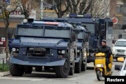 Arhiva - Oklopna vozila Kosovske policije u južnom delu Kosovske Mitrovice, 27. marta 2018.