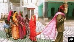 Mina, 8, mengikuti suaminya Sukram, 22, saat mereka menikah di sebuah kuil di India. (Foto: Dok)