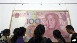 人們在成都觀看反映人民幣百元鈔票的藝術作品。(2011年9月30日)