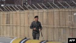 一名南韓軍人在非軍事區南側巡邏