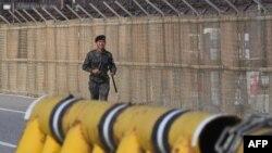 Tư liệu - Một binh sĩ Hàn Quốc chạy bộ dọc theo hàng rào quân sự trên còn đường dẫn tới làng đình chiến Panmunjom tại một chốt gác quân sự ở thành phố biên giới Paju gần khu Phi quân sự (DMZ), Nongày 14 tháng 10, 2017.