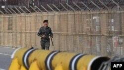 Binh sĩ Hàn Quốc bên cạnh hàng rào quân sự nằm trên con đường dẫn đến làng đình chiền Panmunjom, nơi sẽ diễn ra hội đàm giữa Triều Tiên và Hàn Quốc vào tuần tới.