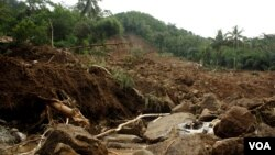 Dinding bukit yang longsor menerjang perkampungan di Purworejo (Foto: VOA/Nurhadi)