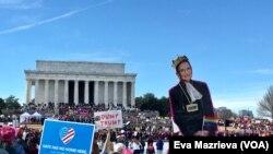 "Ribuan orang, terutama perempuan, memadati Reflecting Pool, di Washington D.C., Sabtu (20/1), untuk mengikuti ""Women's March,"" aksi tahunan untuk menyuarakan kesetaraan gender dan berbagi isu lainnya. (VOA/Eva Mazrieva)"
