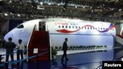 中國廣州珠海航空展展出的中俄聯合開發的客機模型。(2018年11月7日)