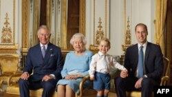 Kraliça Yelizaveta Britaniya monarx ailəsinin dörd nəslinin nümayəndələri ilə