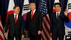 出席20国集团峰会的美国总统川普、韩国总统文在寅和日本首相安倍晋三在德国汉堡会晤。(2017年7月6日)