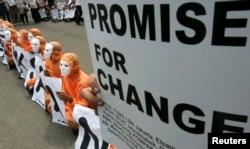 人权活动人士2009年1月在美国驻雅加达使馆前呼吁美国结束对关塔那摩湾狱囚的酷刑