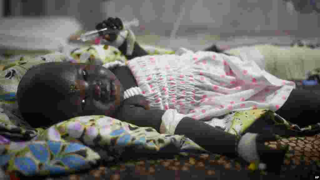 Une fillette de 13 mois, Nyalou Thong, rescapée du crash d'un Antonov, est soignée dans un hôpital à Juba Soudan du Sud, 5 novembre 2015. (AP Photo/Jason Patinkin)