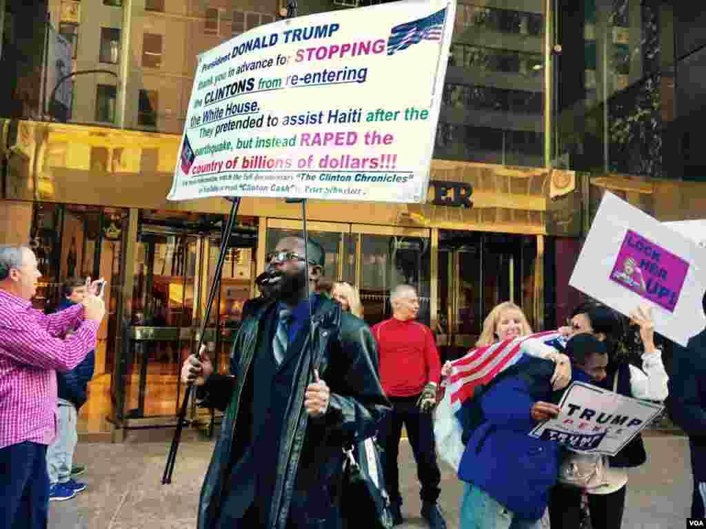 نیو یارک میں ٹرمپ ٹاور کے باہر مظاہرین