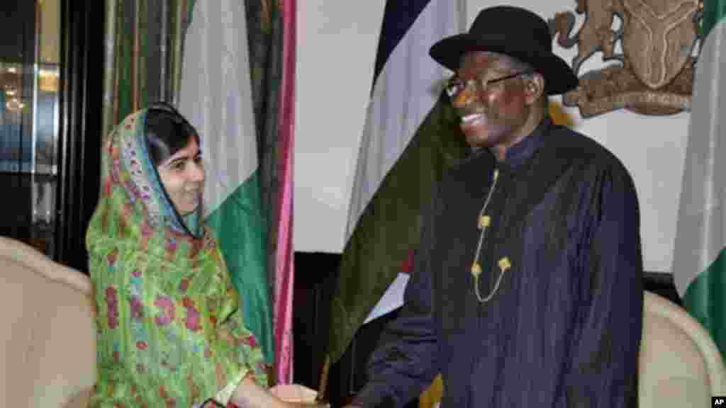 Yar fafutuka Malala Yousafzai da shugaban Najeriya Goodluck Jonathan a Abuja 14 ga Yuli 2014.